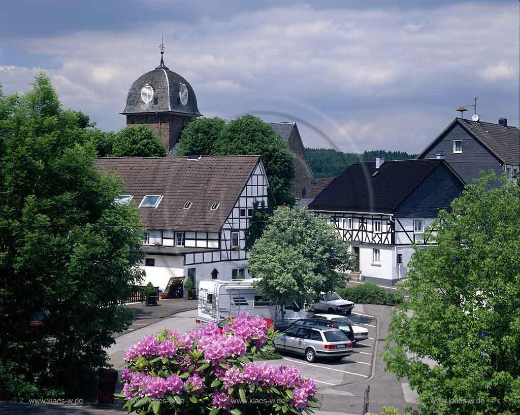 Land, Blick auf Fachwerkhaeuser, Fachwerkhäuser und Kirche im Sommer